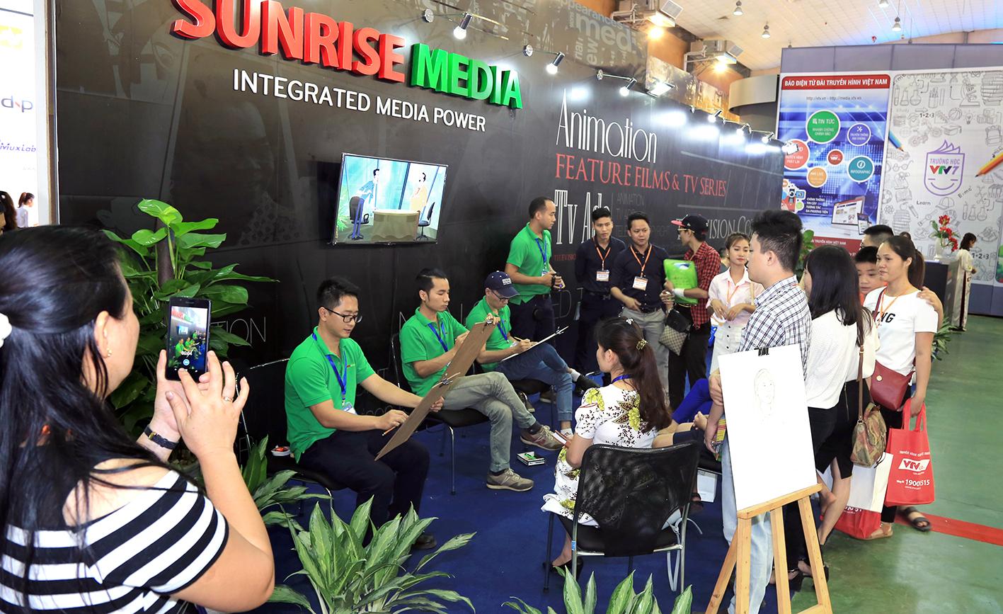 Đông đảo khách thăm quan ghé thăm gian hàng SUNRISE MEDIA tại TELEFILM 2016